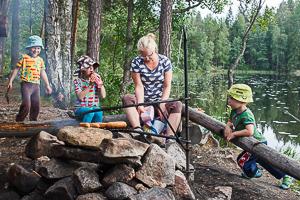 Hanna-Kaisa Heilimo perheen kanssa nuotiolla